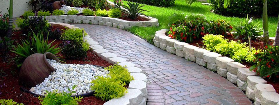 ایجاد راه پله ای با استفاده از سنگ های طبیعی در محوطه باغ ویلا