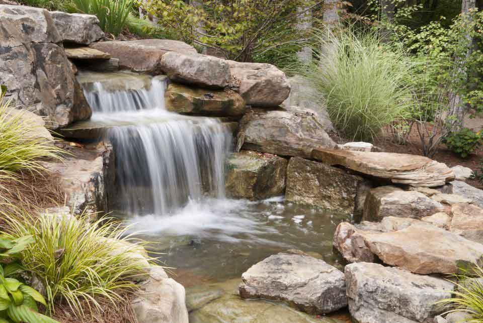 ساخت آبشار مصنوعی در محوطه باغ ویلا